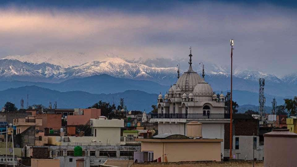 Decreased air pollution from Covid-19 lockdowns revealed the Himalayas to northern India.